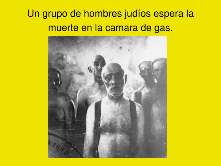 Un grupo de hombres judíos espera la muerte en la camara de gas.