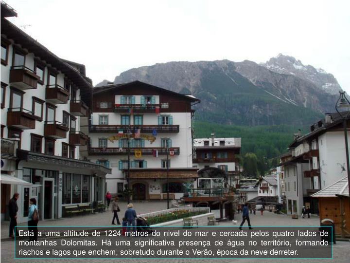 Est a uma altitude de 1224 metros do nivel do mar e cercada pelos quatro lados de montanhas Dolomitas.