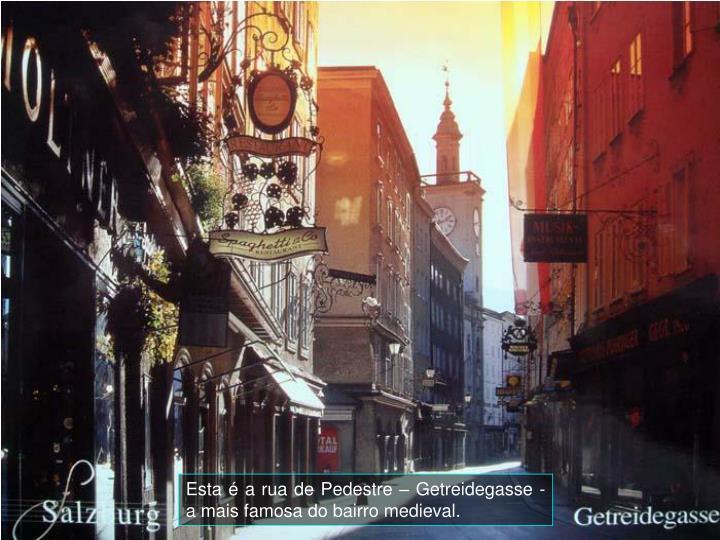 Esta  a rua de Pedestre  Getreidegasse - a mais famosa do bairro medieval.