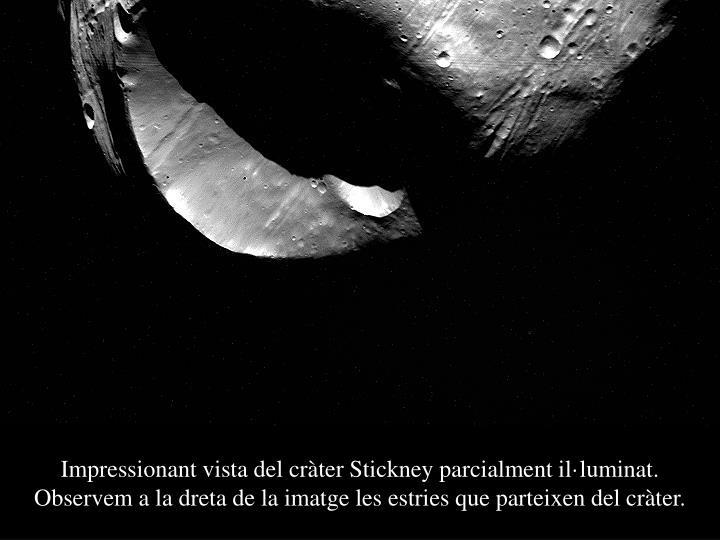 Impressionant vista del cràter Stickney parcialment il·luminat. Observem a la dreta de la imatge les estries que parteixen del cràter.