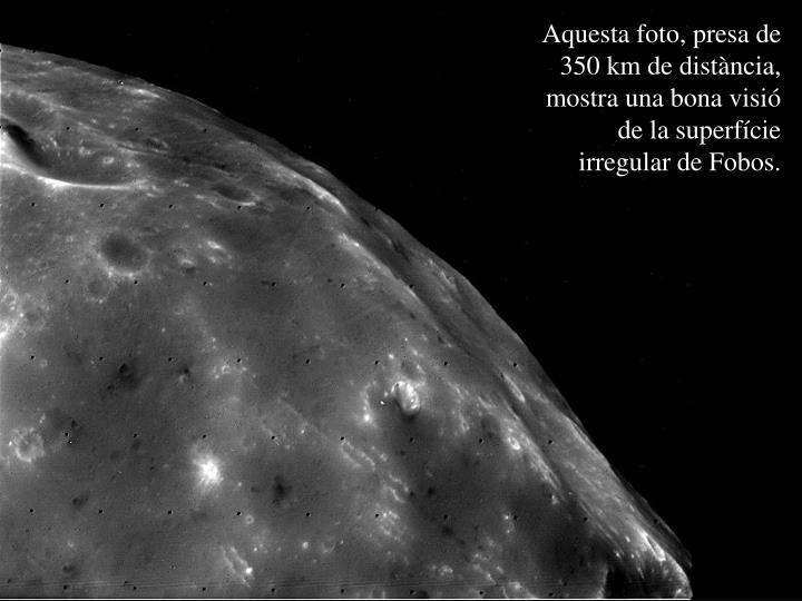 Aquesta foto, presa de 350 km de distància, mostra una bona visió de la superfície irregular de Fobos.