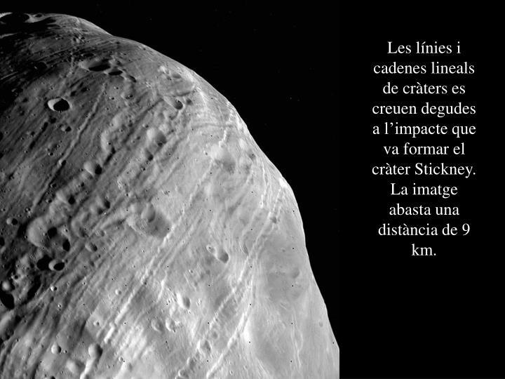 Les línies i cadenes lineals de cràters es creuen degudes a l'impacte que va formar el cràter Stickney. La imatge abasta una distància de 9 km.