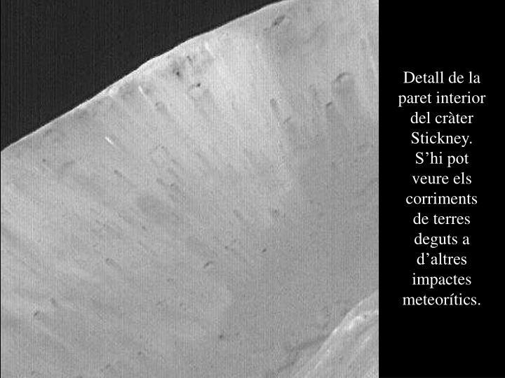 Detall de la paret interior del cràter Stickney. S'hi pot veure els corriments de terres deguts a d'altres impactes meteorítics.