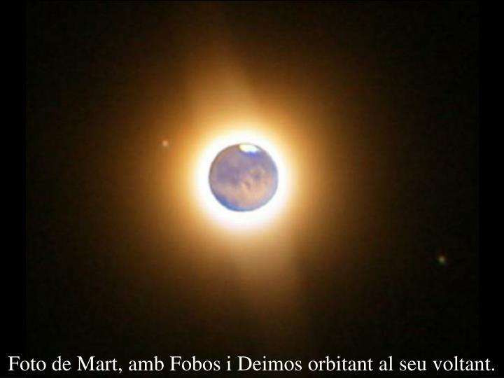 Foto de Mart, amb Fobos i Deimos orbitant al seu voltant.