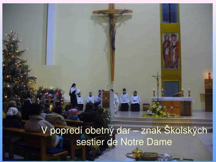 V popredí obetný dar – znak Školských sestier de Notre Dame