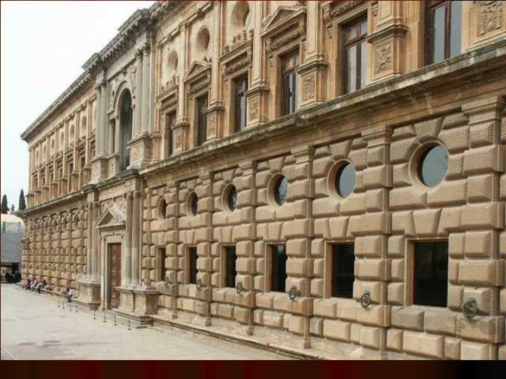 Exteriormente, se distribuye también en dos pisos: el inferior almohadillado a la rústica; en su parte más baja se desarrolla un banco corrido a lo largo de todo el muro exterior. En el piso elevado, sin almohadillar, los balcones están acotados entre pilastras de orden jónico, siguiendo las formulaciones impuestas por la cultura arquitectónica romana. En ambos pisos balcones o ventanas tienen sobrepuestos óculos.