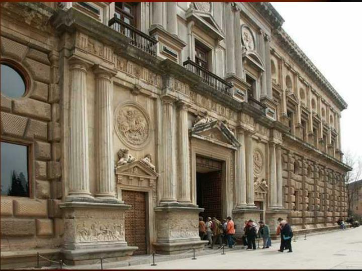 Aunque el proyecto inicial preveía la decoración de las portadas de los cuatro lados, sólo se realizaron portadas triunfales en los frentes occidental y meridional, donde se alegorizan las gestas militares del emperador Carlos V.