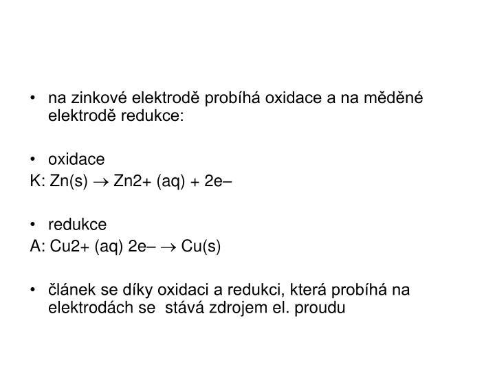 na zinkové elektrodě probíhá oxidace a na měděné elektrodě redukce: