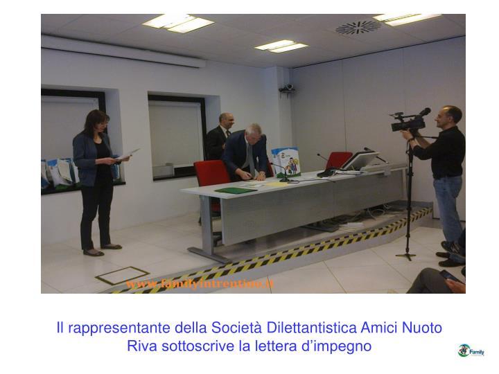Il rappresentante della Società Dilettantistica Amici Nuoto Riva sottoscrive la lettera d'impegno