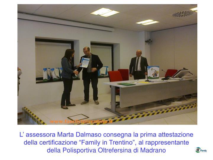 """L' assessora Marta Dalmaso consegna la prima attestazione della certificazione """"Family in Trentino"""", al rappresentante della Polisportiva Oltrefersina di Madrano"""