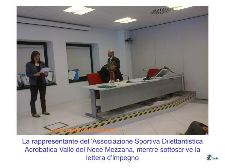 La rappresentante dell'Associazione Sportiva Dilettantistica Acrobatica Valle del Noce Mezzana, mentre sottoscrive la lettera d'impegno