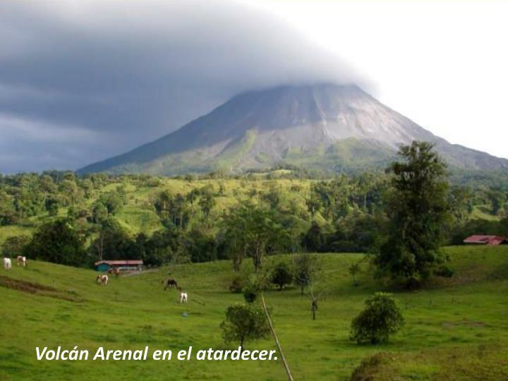 Volcán Arenal en el atardecer.
