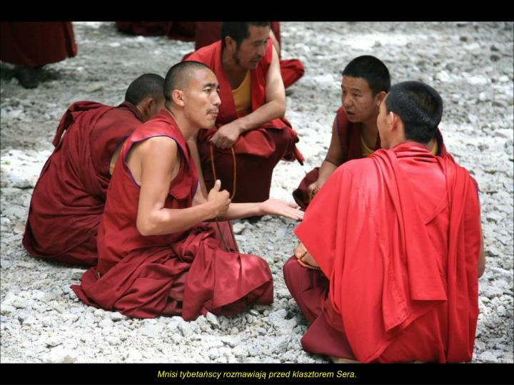 Mnisi tybetańscy rozmawiają przed klasztorem
