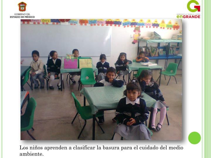 Los niños aprenden a clasificar la basura para el cuidado del medio ambiente.