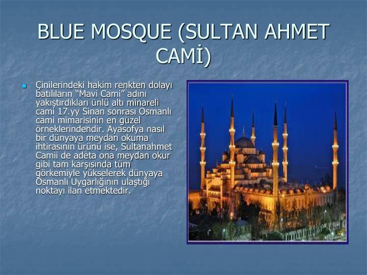 """Çinilerindeki hakim renkten dolayı batılıların """"Mavi Cami"""" adını yakıştırdıkları ünlü altı minareli cami 17.yy Sinan sonrası Osmanlı cami mimarisinin en güzel örneklerindendir. Ayasofya nasıl bir dünyaya meydan okuma ihtirasının ürünü ise, Sultanahmet Camii de adeta ona meydan okur gibi tam karşısında tüm görkemiyle yükselerek dünyaya Osmanlı Uygarlığının ulaştığı noktayı ilan etmektedir."""