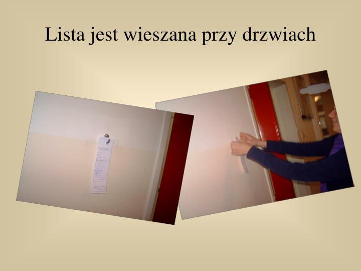 Lista jest wieszana przy drzwiach