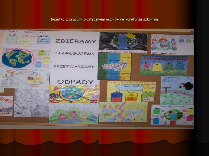Gazetka z pracami plastycznymi uczniów na korytarzu szkolnym.