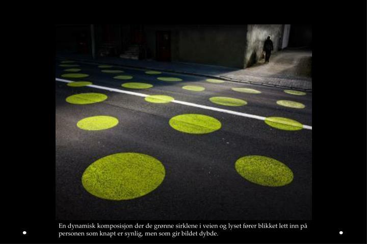 En dynamisk komposisjon der de grønne sirklene i veien og lyset fører blikket lett inn på personen som knapt er synlig, men som gir bildet dybde.