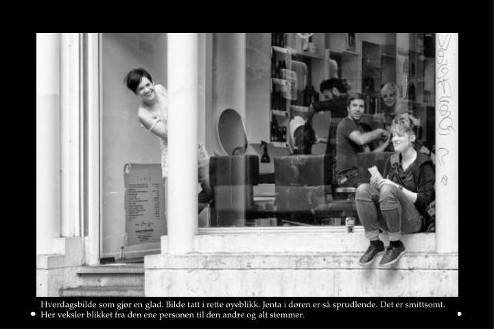 Hverdagsbilde som gjør en glad. Bilde tatt i rette øyeblikk. Jenta i døren er så sprudlende. Det er smittsomt. Her veksler blikket fra den ene personen til den andre og alt stemmer.
