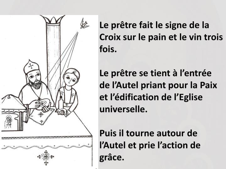 Le prtre fait le signe de la Croix sur le pain et le vin trois fois.