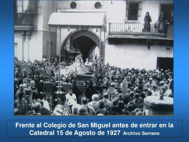 Frente al Colegio de San Miguel antes de entrar en la Catedral
