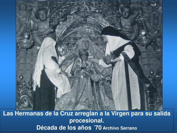 Las Hermanas de la Cruz arreglan a la Virgen para su salida procesional.