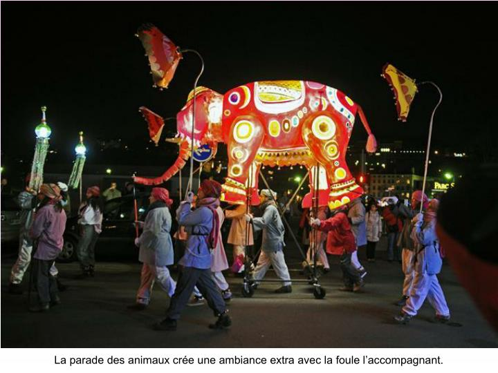 La parade des animaux crée une ambiance extra avec la foule l'accompagnant.