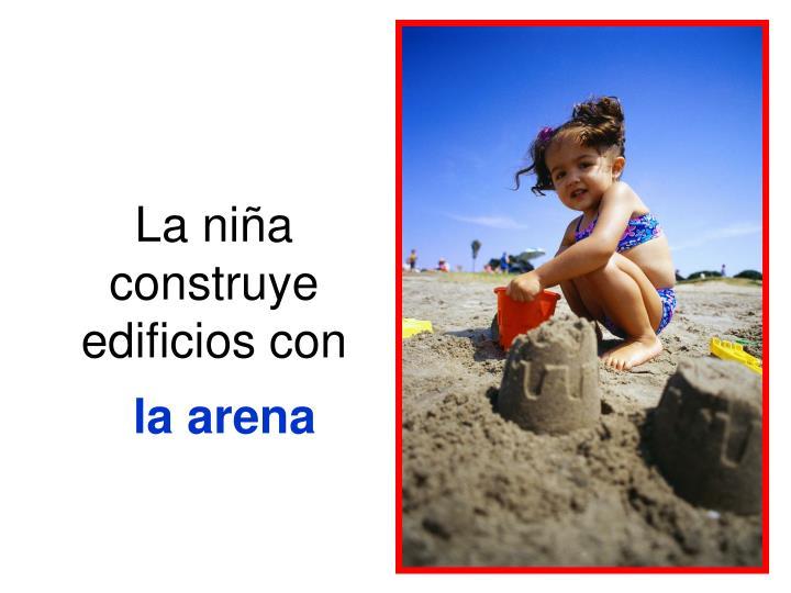 La niña construye edificios con