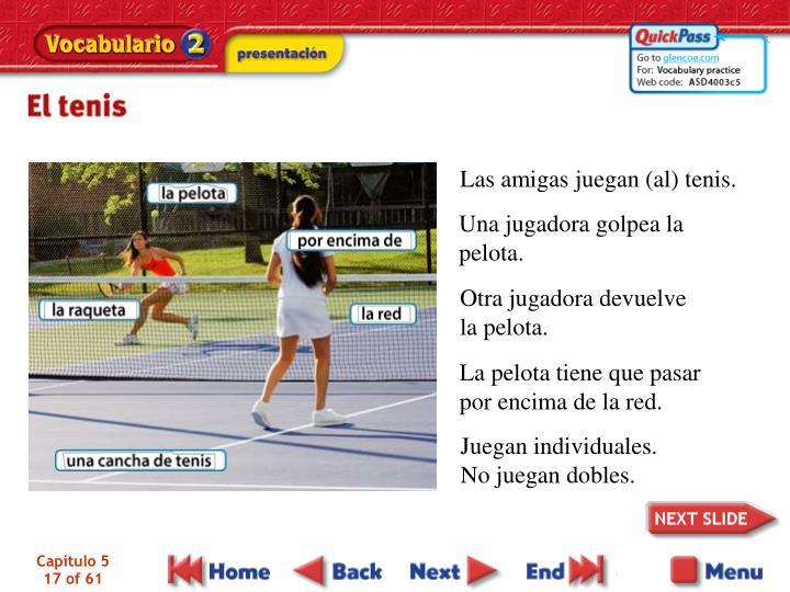 Las amigas juegan (al) tenis.