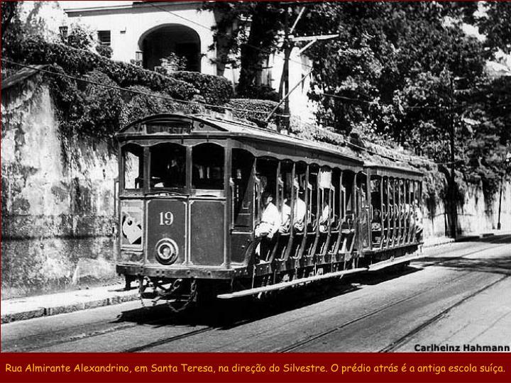Rua Almirante Alexandrino, em Santa Teresa, na direção do Silvestre. O prédio atrás é a antiga escola suíça.