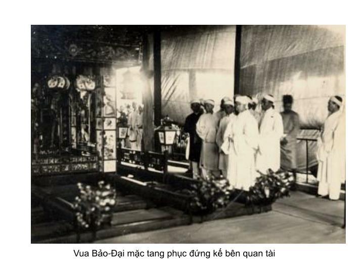Vua Bảo-Ðại mặc tang phục đứng kế bên quan tài