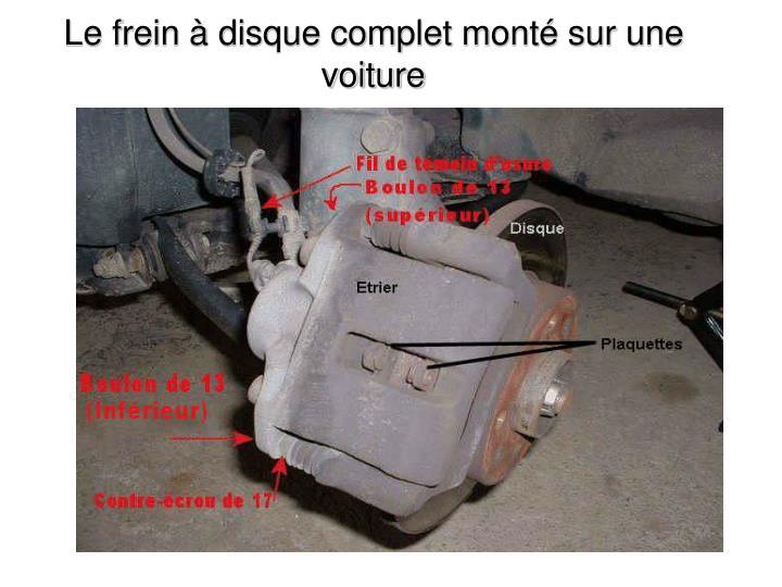 Le frein à disque complet monté sur une voiture