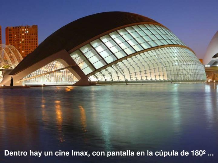 Dentro hay un cine Imax, con pantalla en la cúpula de 180º