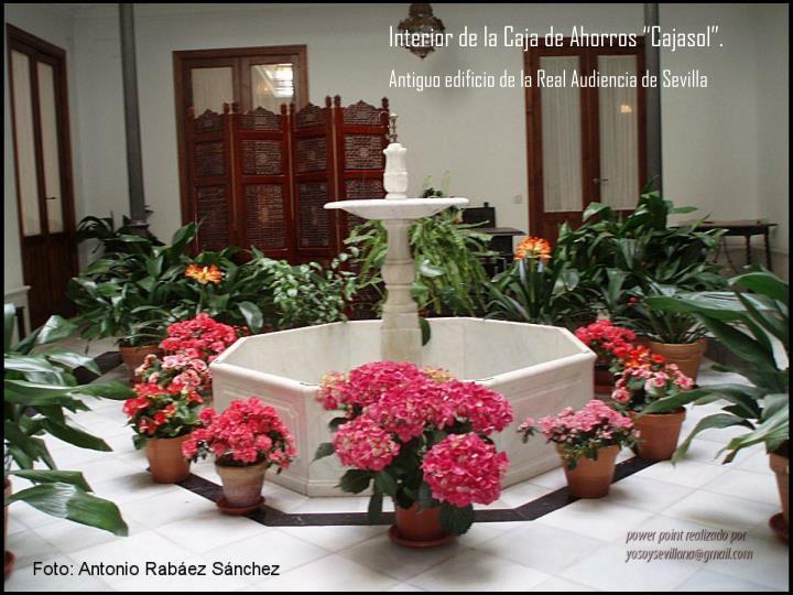 """Interior de la Caja de Ahorros """"Cajasol""""."""