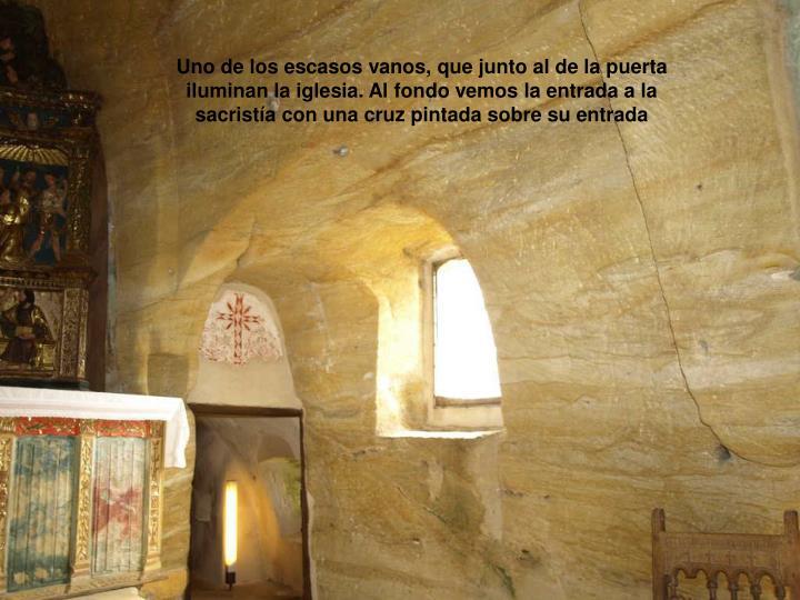 Uno de los escasos vanos, que junto al de la puerta iluminan la iglesia. Al fondo vemos la entrada a la sacristía con una cruz pintada sobre su entrada