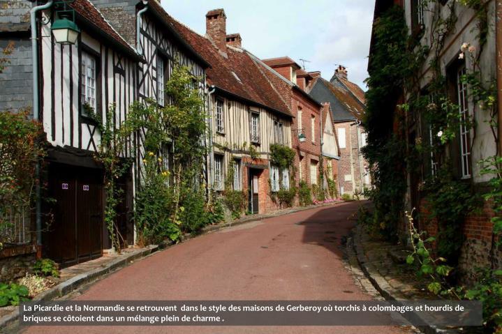La Picardie et la Normandie se retrouvent  dans le style des maisons de Gerberoy où torchis à colombages et hourdis de briques se côtoient dans un mélange plein de charme .
