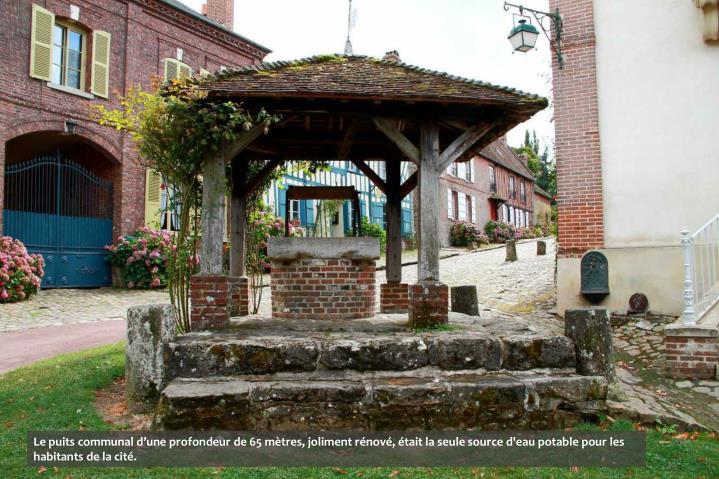 Le puits communal d'une profondeur de 65 mètres, joliment rénové, était la seule source d'eau potable pour les habitants de la cité.