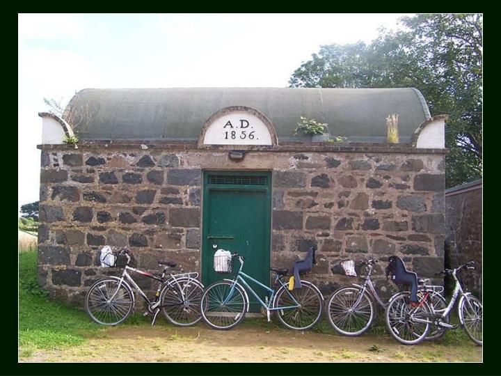 La cárcel de Sark se construyó en 1856. Con dos celdas y un baño está considerada la cárcel más pequeña del mundo. Sigue funcionando como prisión a día de hoy, para borrachos y desordenados.