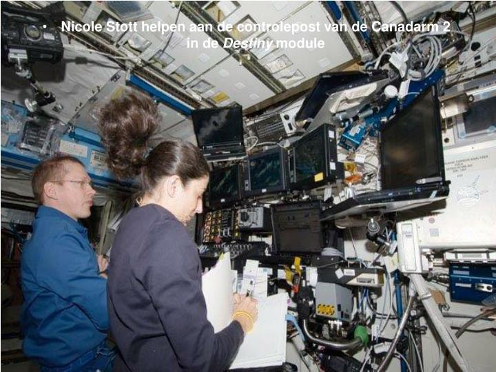 Nicole Stott helpen aan de controlepost van de Canadarm 2          in de