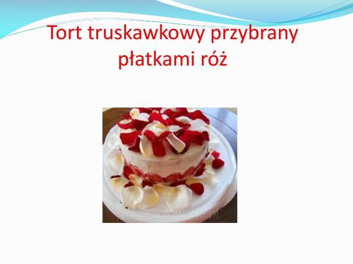 Tort truskawkowy przybrany płatkami róż