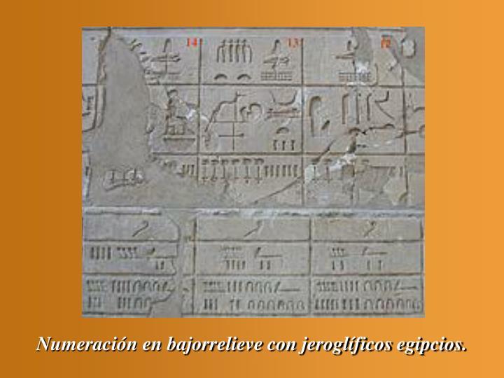 Numeración en bajorrelieve con jeroglíficos egipcios.
