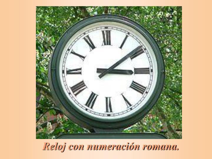 Reloj con numeración romana.