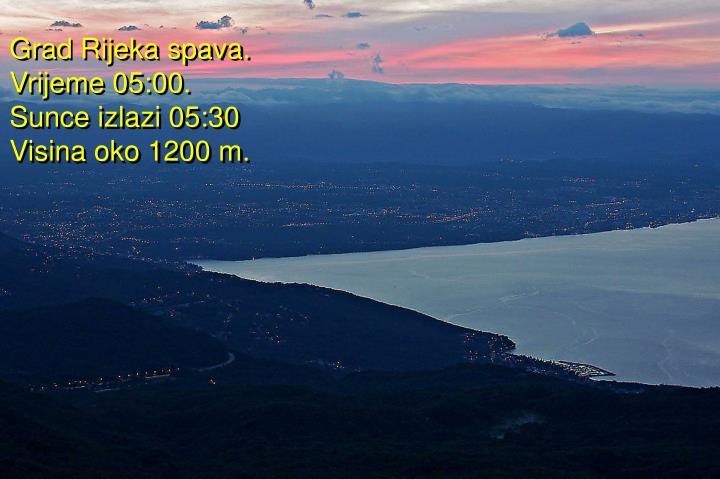 Grad Rijeka spava. Vrijeme 05:00. Sunce izlazi 05:30 Visina oko 1200 m.