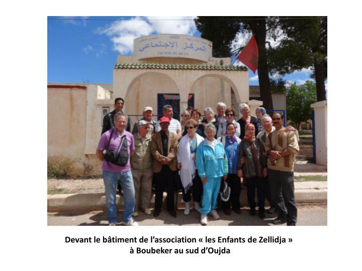 Devant le bâtiment de l'association «les Enfants de Zellidja»