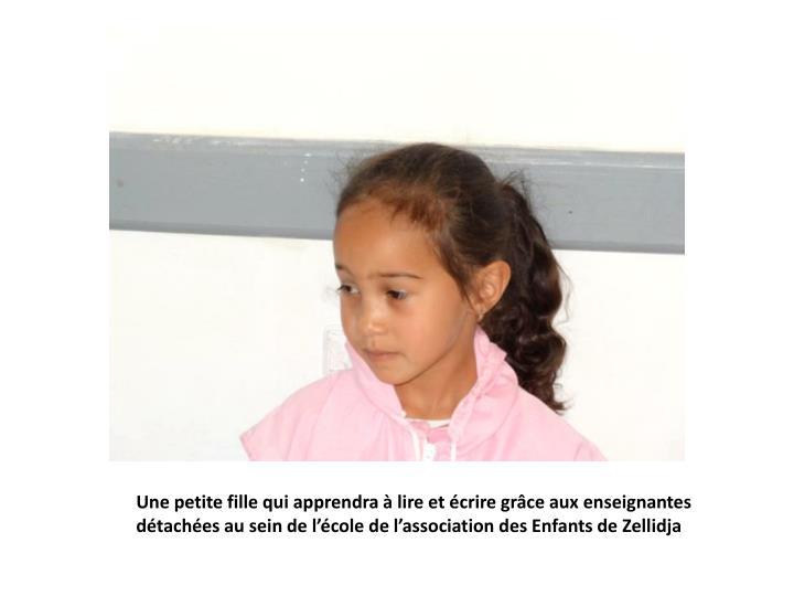 Une petite fille qui apprendra à lire et écrire grâce aux enseignantes