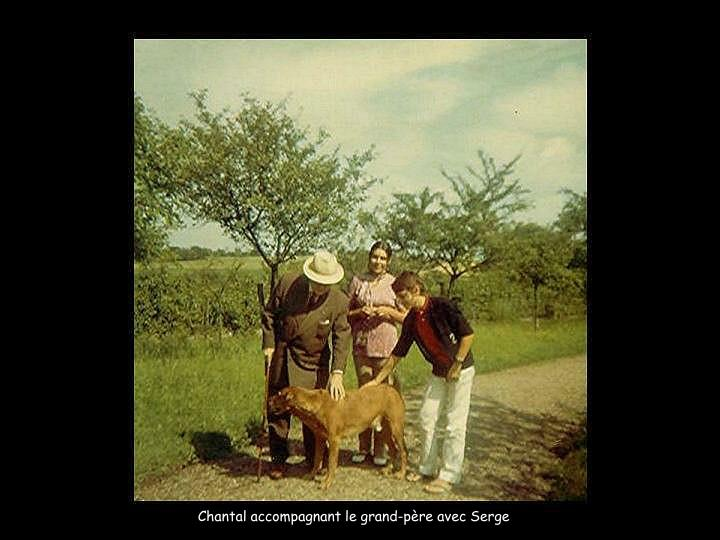 Chantal accompagnant le grand-père avec Serge