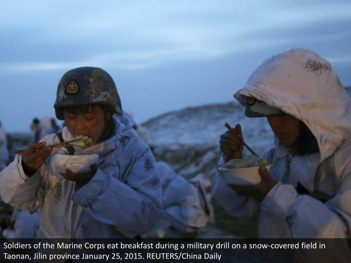 Soldiers of the Marine Corps eat breakfast during a military drill on a snow-covered field in Taonan, Jilin province January 25, 2015. REUTERS/China Daily