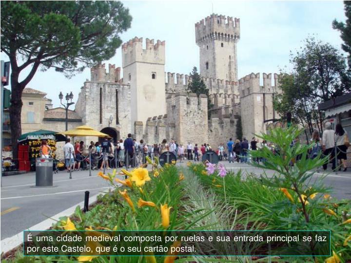 É uma cidade medieval composta por ruelas e sua entrada principal se faz por este Castelo, que é o seu cartão postal.