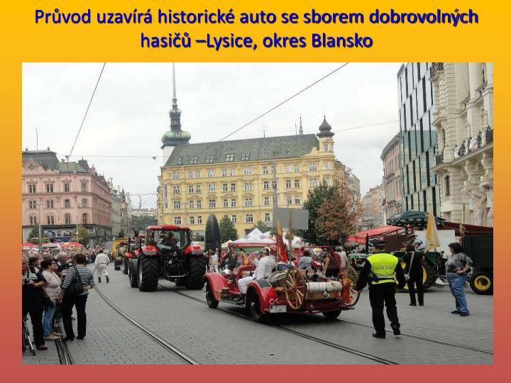Průvod uzavírá historické auto se sborem dobrovolných hasičů –Lysice, okres Blansko