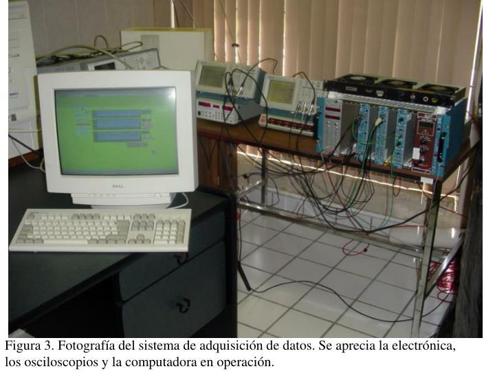 Figura 3. Fotografía del sistema de adquisición de datos. Se aprecia la electrónica, los osciloscopios y la computadora en operación.